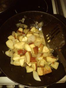 Zwiebeln und Äpfel zur gebratenen Leber